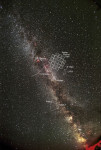 Zorné pole kosmického dalekohledu Kepler. Najdete ho mezi hvězdami Deneb a Vega.