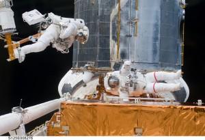 Astronauti při práci u Hubblova dalekohledu.