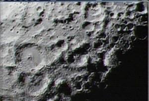 500 km nad Měsícem