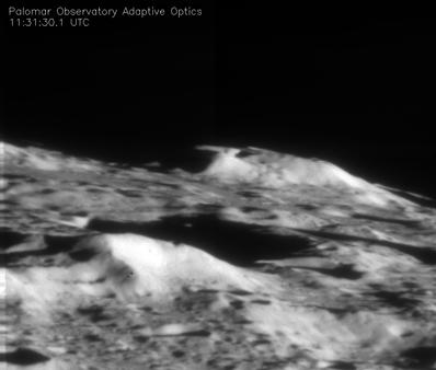 Fotografie kráteru Cabeus několik sekund po dobadu urychlovacího stupně Centaur. Snímek zachytil dalekohled Hale (5 m) na Palomar Observatory poblíž San Diega. Na fotografii není vidět žádný záblesk.