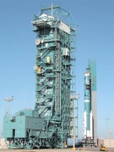 Nosná raketa Delta II se připravuje na start s družicí WISE