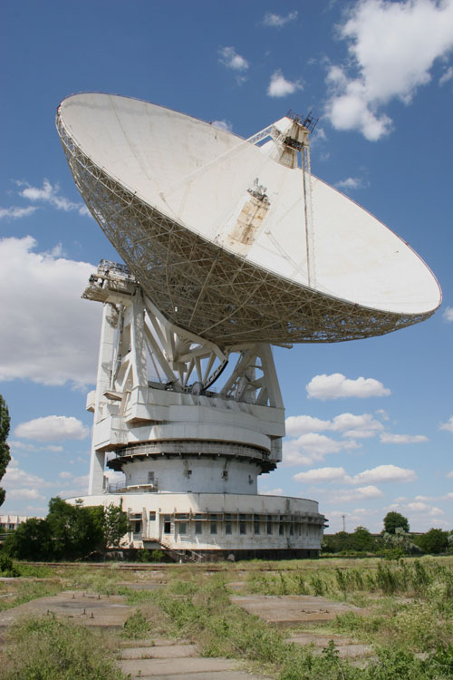 Radioteleskop RT-70 o průměru 70 m najdeme v lázeňském městě Jevpatorija (západní část Krymu, Ukrajina). Pomoci tohoto radioteleskopu byly odeslány zprávy Cosmic Call.