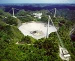 Slavný radioteleskop Arecibo (Portoriko). Jeho průměr je 305 m. Proslavil se mimo jiné jako objevitel první exoplanety u pulsaru a v současné době je zdrojem dat pro projekt SETI.