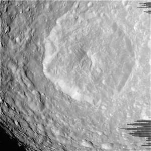 Kráter Herschel ze vzdálenosti 35 000 km.