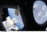 Pohled na Zemi a raketoplán Endeavour z modulu Cupola.