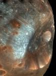 Detailní pohled na měsíc Phobos.