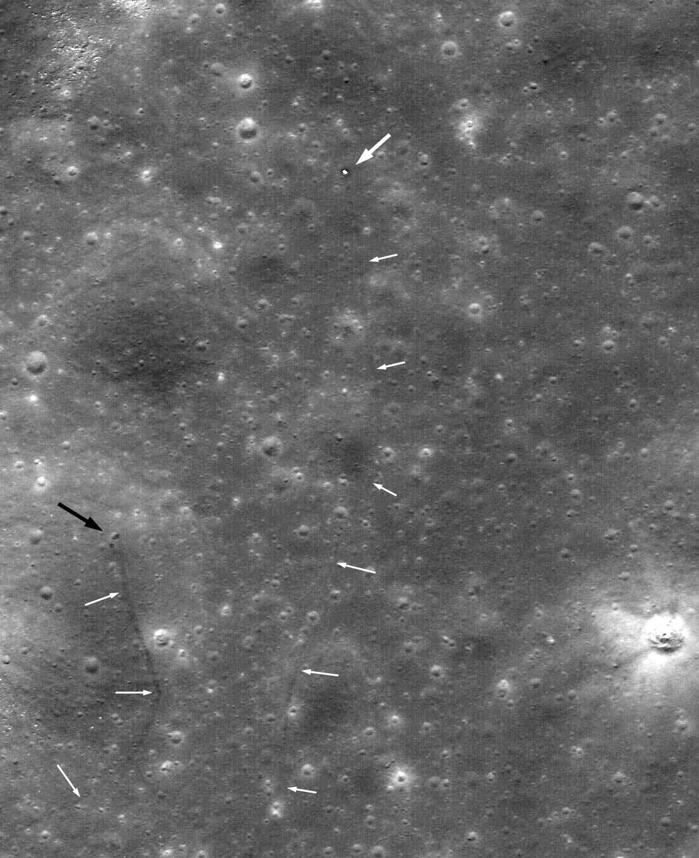 Dráha Lunochodu 2 po povrchu Měsíce na snímku ze sondy LRO. Původně se myslelo, že samotný Lunochod 2 je oním tmavým flíčkem označeným černou šipkou. Teprve následná svědectví prokázala, že Lunochod 2 je na opačném konci své dráhy – označenou bílou šipkou.  Autoři: NASA / GSFC / Sergei Gerasimenko / Sasha Basilevsky, via the Planetary Society Blog