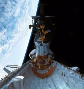 Sonda Galileo v nákladovém prostoru raketoplánu Atlantis.