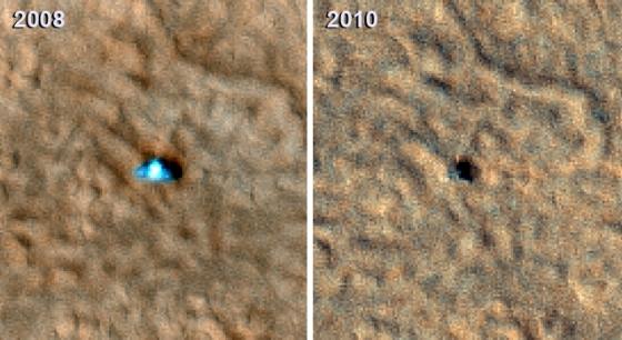 Vlevo: Phoenix v roce 2008 na snímku ze sondy MRO, patrné jsou oba solární panely. Vpravo je aktuální fotografie, ze které je zřejmé, že Phoenix přišel o jeden z panelů. (NASA/JPL-Caltech/University of Arizona)