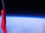 Dres španělské reprezentace ve výšce 33 km nad zemským povrchem dne 9. července 2010. Credit: zero2infinity