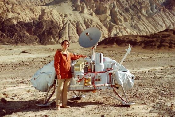 Carl Sagan u modelu sondy Viking