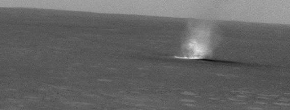 """Kliknutím na obrázek spustíte animaci! Velmi pěkně je vidět """"pohyb"""" prašného víru po povrchu Marsu na snímcích z vozítka Spirit z roku 2005."""