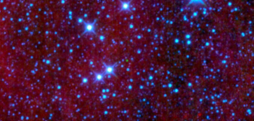 """Hnědý trpaslík WISEPC J045853.90+643451.9 (zelený """"puntík"""") na snímku z družice WISE. Credit: NASA/JPL-Caltech/UCLA"""