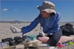 Felisa Wolfe-Simon při výzkumu jezera Mono. Credit: NASA