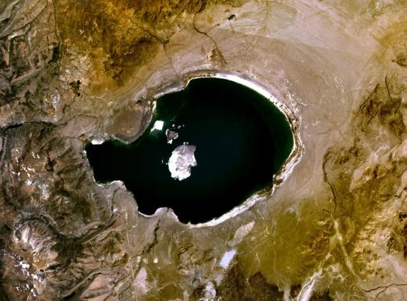 Jezero Mono z vesmíru. Credit: NASA