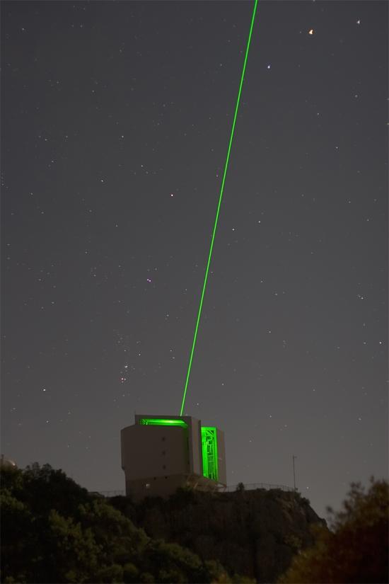 Dalekohled MMT v Arizoně. Zelený laser naznačuje, že v akci je zrovna adaptitní optika dalekohledu. Zdroj: www.mmto.org