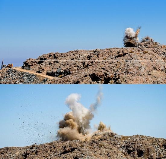 Odpálení části hory El Peñón pro účely výstavby dalekohledu LSST. Bílá čára na horním snímku ukazuje, kam až musí být skála dalšími odpaly odstraněna. Zdroj: lsst.org