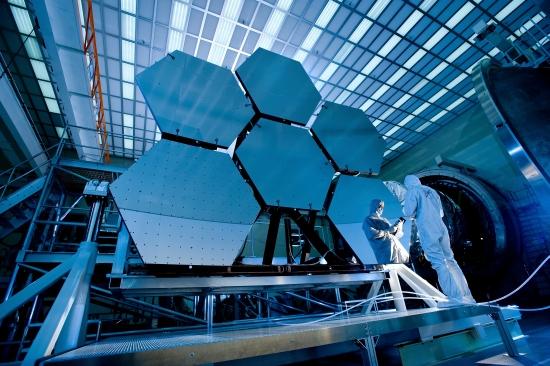 Segmentová zrcadla pro JWST jsou již téměř vyrobena. Credit: NASA