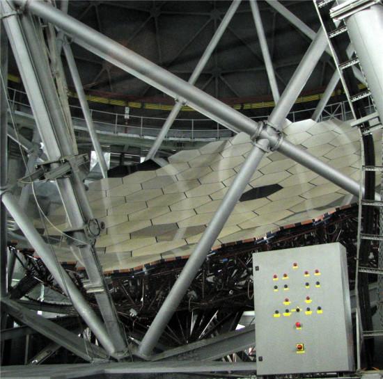 Primární zrcadlo dalekohledu SALT. Zdroj: Wikipedia