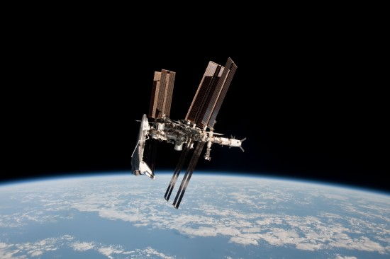 Astronaut Paolo Nespoli nafotil při odletu Sojuzu komplex ISS-Endeavour. Na snímku je také automatická loď ATV Johannes Kepler. Credit: NASA/ESA