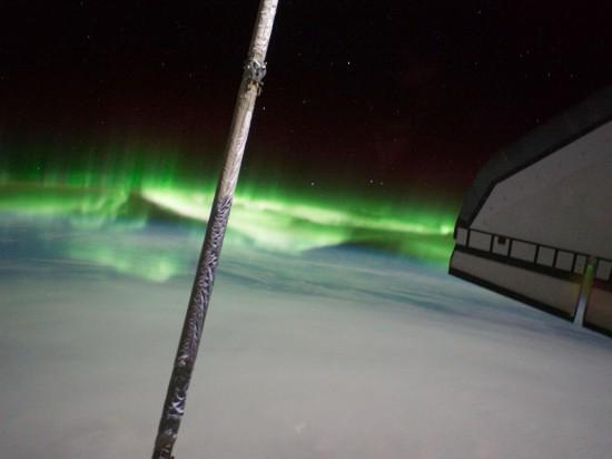 Levé křídlo raketoplánu Atlantis a nádherná polární záře. Credit: NASA
