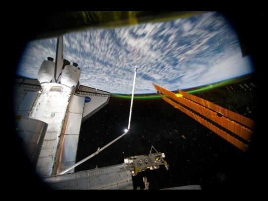 Mezinárodní kosmická stanice, raketoplán Atlantis a polární záře. Credit: NASA