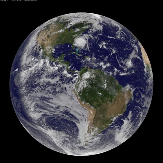 Snímek byl pořízen v pátek 26. srpna v 16:45 našeho času. Hurikán Irene měl v té době průměr přes 800 km. Credit: NOAA, NASA