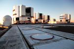 Otevírání dalekohledů po západu Slunce. Credit: Stanislav Štefl
