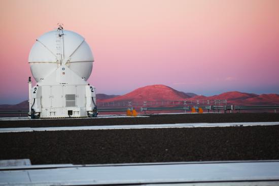 Dalekohled AT2, nejvyšší kopec napravo od dalekohledu je Cerro Amazonas, kde se bude stavět ELT. Credit: Stanislav Štefl.