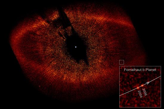 Disk u hvězdy Fomalhaut a pozice možné planety v letech 2004 a 2006. Právě na základě těchto snímků byl objev Fomalhaut b uznán. Credit: NASA