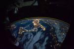Část Evropy v noci při pohledu z Mezinárodní kosmické stanice. Credit: NASA