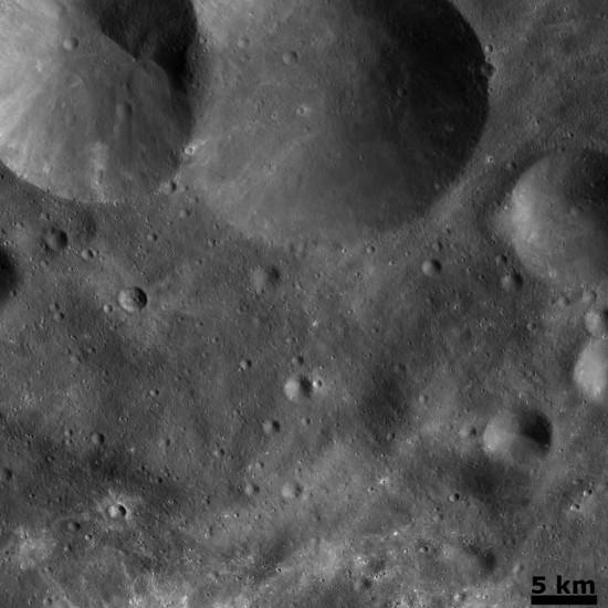 Také povrch Vesty je pokryt velkými krátery. Credit: NASA, JPL