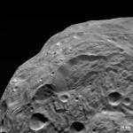Jeden z nejnovějších snímků planetky Vesta ze sondy Dawn. Credit: NASA, JPL