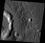 Tento snímek by vás mohl trochu zmást. Na fotografii je část kráteru Picasso, který má průměr přes 30 km. Podivná jáma se nachází na jeho okraji a vznikla v dávné geologické minulosti Merkuru propadem povrchu po vyčerpání magmatu pod povrchem. Credit: NASA/Johns Hopkins University Applied Physics Laboratory/Carnegie Institution of Washington