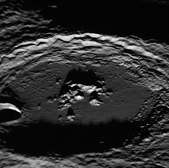 Docela velký kráter Amaral (109 km) na snímku s rozlišením 80 m/pixel. Kráter byl pojmenován teprve v roce 2008 po prvním průletu sondy Messenger okolo Merkuru. Tarsila do Amaral byla brazilská malířka. Credit: NASA/Johns Hopkins University Applied Physics Laboratory/Carnegie Institution of Washington