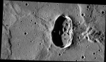 Kdyby měl Merkuru atmosféru, na jeho povrchu byl optimální tlak atd., mohli bychom v tomto kráteru udělat docela pěkné koupaliště nebo přehradu, že? Docela zajímavý geologický útvar má na délku 33 km. Jeho vznik ale nikterak záhadný není, to jen kosmický projektil dopadl na povrch Merkuru pod ostrým úhlem. Credit: NASA/Johns Hopkins University Applied Physics Laboratory/Carnegie Institution of Washington