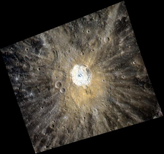 Kráter Kuiper o průměru 62 km. Fotografie byla pořízena ve třech filtrech a různých vlnových délkách. Povšimněte si zřetelných stop (paprsků) v okolí kráteru. Podobné útvary můžeme vidět už malým dalekohledem na Měsíci, jedná se o pozůstatky po dopadu materiálu, který byl vystřelen při dopadu kosmického projektilu. Credit: NASA/Johns Hopkins University Applied Physics Laboratory/Carnegie Institution of Washington
