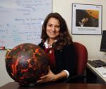 Natalie Batalha s modelem exoplanety Kepler-10 b. Credit: NASA