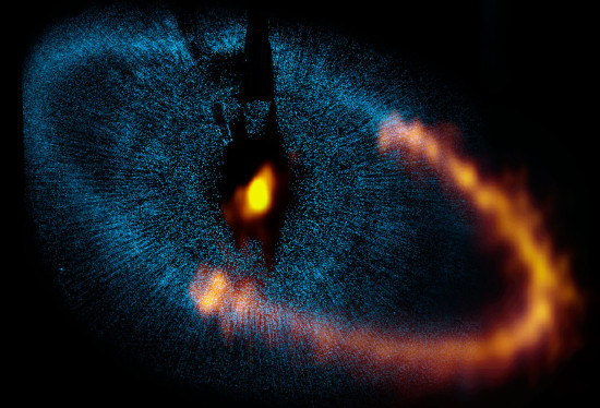 Prachový disk u hvězdy Fomalhaut na snímku z ALMA. Credit: ALMA (ESO/NAOJ/NRAO). Visible light image: the NASA/ESA Hubble Space Telescope