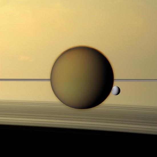 Na snímku z konce loňského roku dělá Titanu společnost menší měsíc Dione. Credit: NASA
