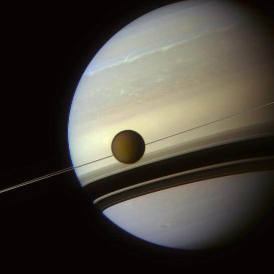 Měsíc Titan a Saturn v pozadí. Snímek byl pořízen přes několik filtrů 6. května letošního roku. Credit: NASA