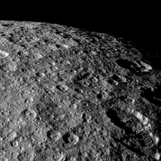 Neuvěřitelně podrobný snímek povrchu měsíce Rhea z dubna 2012. Credit: NASA