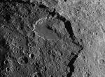 Kráter Malun na měsíci Japetus. Kráter je do vzdálenosti 8 km zavalen sypkým materiálem, který se uvolnil po vzniku zlomu. Zdroj: NASA.