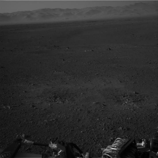 Další snímek z navigační kamery zachycuje hory v pozadí. Credit: NASA, JPL