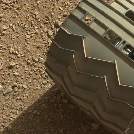 Jako bonus ještě jedno ze šesti koleček o průměru 50 cm, kterými se bude Curiosity po Marsu prohánět :) Credit: NASA, JPL