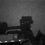 Stín vrhám pěkný, ne? Fotografie z navigačních kamer. Credit: NASA