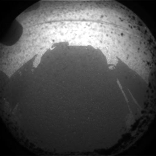 Jeden z prvních snímků je černobílý, pouze z navigační kamery, co nejmenší kvůli přenosu dat. Credit: NASA