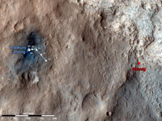 Trasa Curiosity do solu (dny na Marsu) číslo 29, což bylo 4. září. Jednotlivá čísla označují, kde se Curiosity nacházela v jednotlivých solech. Na snímku ze sondy MRO je také místo Glenelg, které je momentálním cílem Curiosity. Na tomto místě se stýkají tři rozdílné geologické vrstvy. Credit: NASA