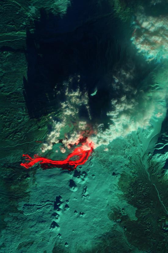 Erupce ruské sopky Tolbačík ve viditelné a infračervené části spektra z družice Earth Observing-1. Credit: NASA, U.S. Geological Survey