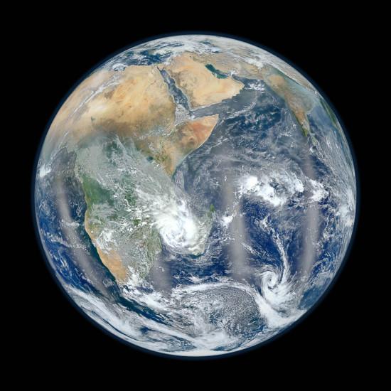 Vědec Norman Kuring sestavil tuto fotografii z několika snímků z družice  Suomi NPP z 23. ledna 2012.